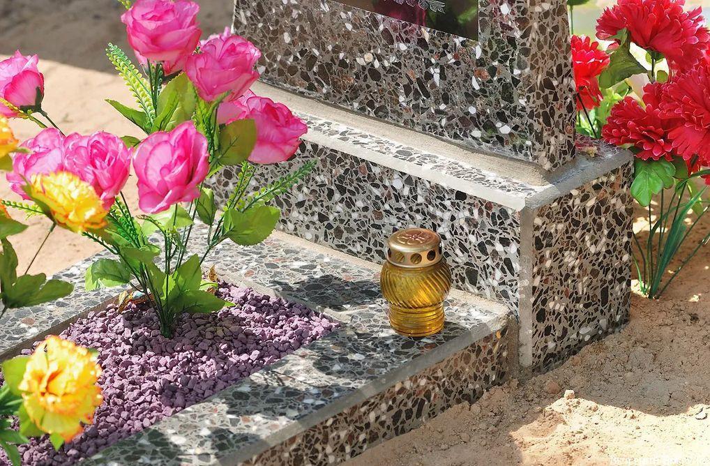 C:\Users\AdminX\Desktop\НАТАЛИ\ПАМЯТНИКИ\сайт\материалы для заполнения\статьи\Какие цветы нести на могилу\photo.jpeg