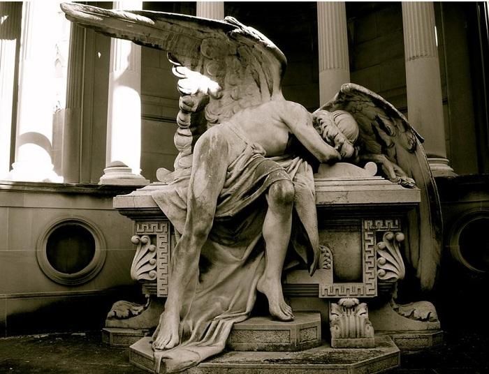 C:\Users\AdminX\Desktop\НАТАЛИ\ПАМЯТНИКИ\сайт\материалы для заполнения\статьи\Как возникла традиция устанавливать памятники\Скорбящий ангел.jpg